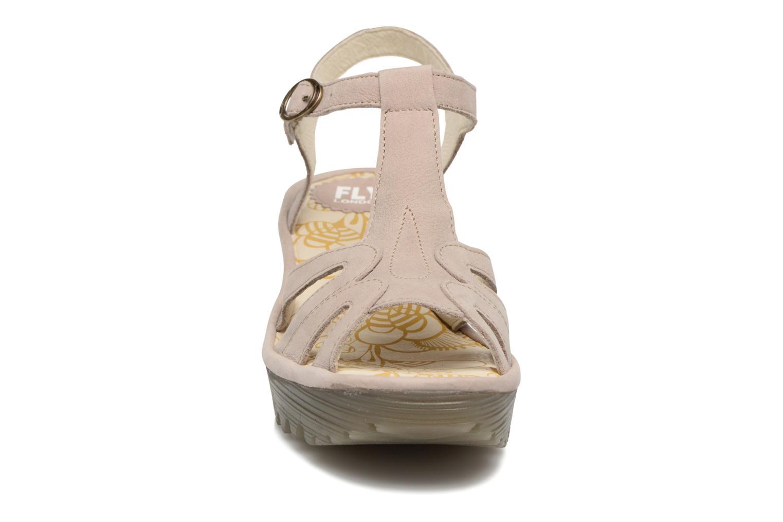 Sandales et nu-pieds Fly London Yini 727 Beige vue portées chaussures