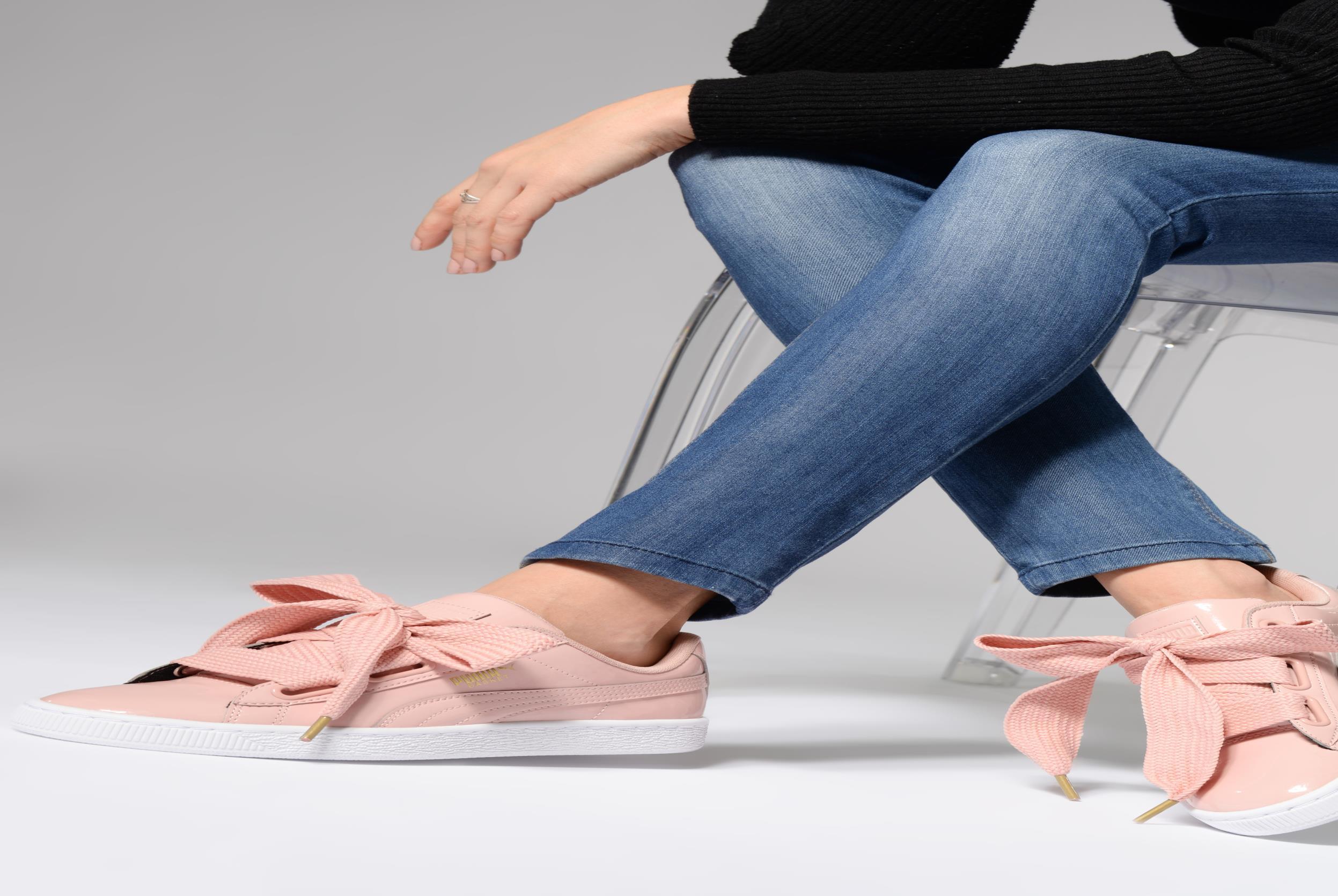 Sneaker Puma Basket Heart Patent Wn's weiß ansicht von unten / tasche getragen