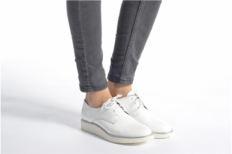 Chaussures à lacets Made by SARENZA Vegas Lipstick #10 Blanc vue bas / vue portée sac