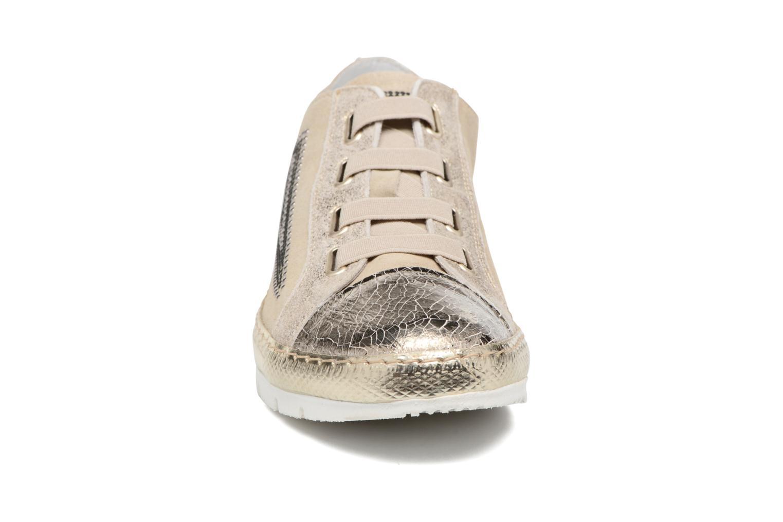 Sneakers Khrio Calcuta Beige modello indossato
