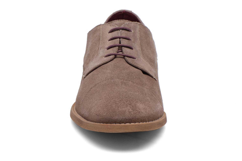 Scarpe con lacci Le Formier Arudi Marrone modello indossato