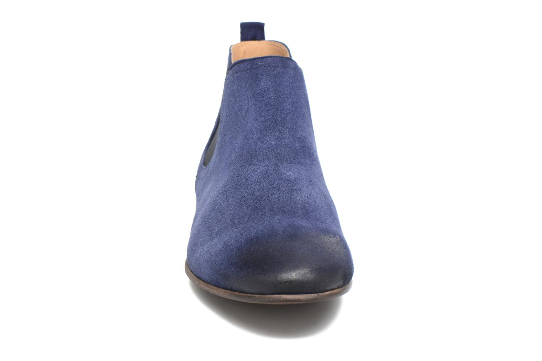 Boots Kickers Gazette Blå bild av skorna på