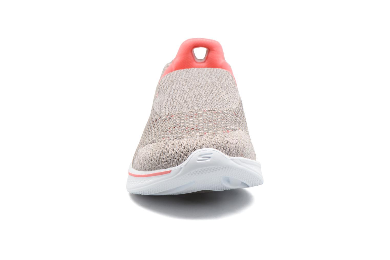 Sportssko Skechers GO Walk 4 Kindle Grå se skoene på