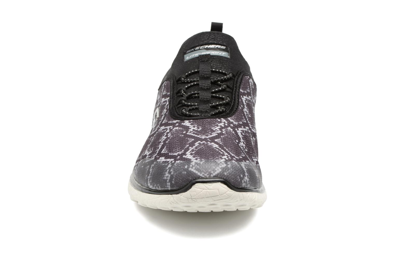 Sneakers Skechers Microburst Mamba Nero modello indossato