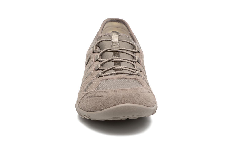 Sneakers Skechers Breathe-Easy Big Bucks Grigio modello indossato