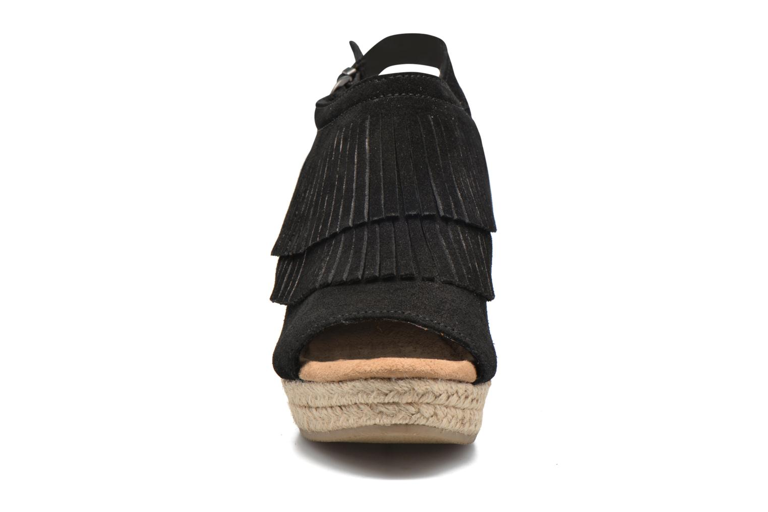 Sandalias Minnetonka Ashley Negro vista del modelo