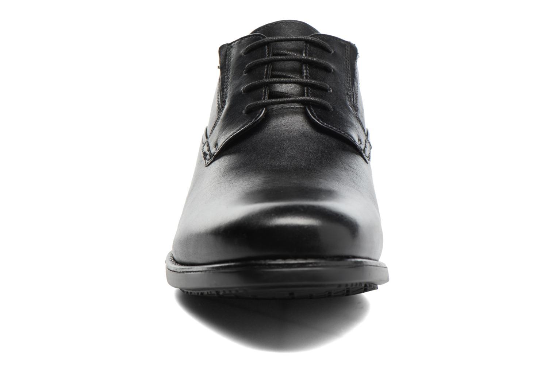 Scarpe con lacci Clarks Hopton Walk Nero modello indossato