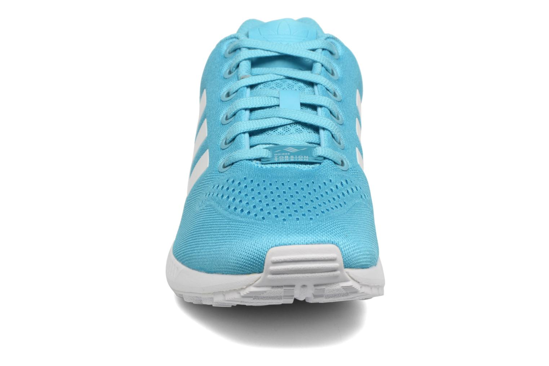 Sneakers Adidas Originals Zx Flux Em Azzurro modello indossato