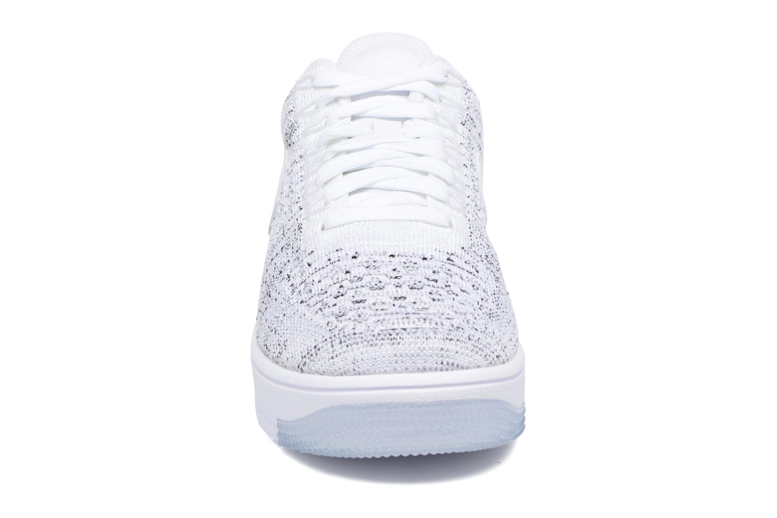 Baskets Nike W Af1 Flyknit Low Blanc vue portées chaussures