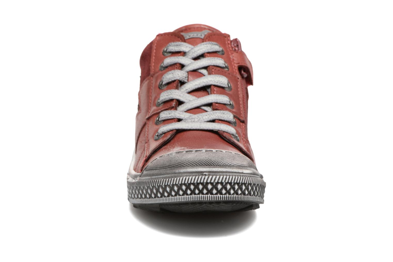 Sneakers Stones and Bones Lato Rosso modello indossato