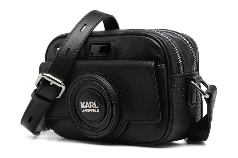 Sacs à main Karl Lagerfeld Camera Crossbody Noir vue portées chaussures