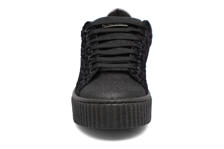 Baskets Guess DENKY Noir vue portées chaussures