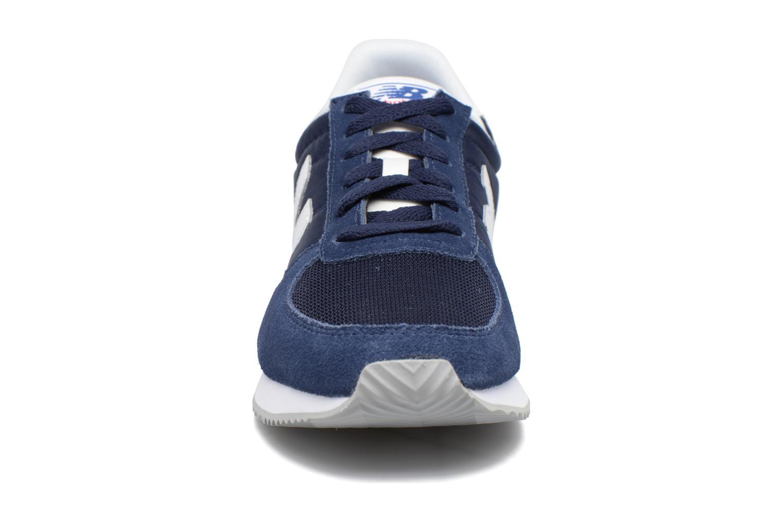 Sneakers New Balance U220 Azzurro modello indossato