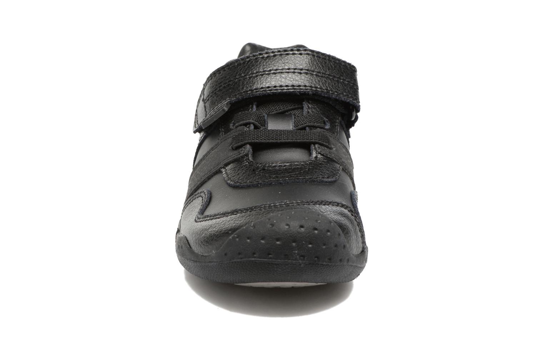 Sneakers Pediped Channing Nero modello indossato