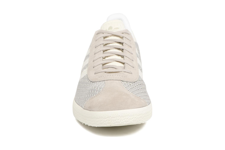 Sneakers Adidas Originals Gazelle Pk Grigio modello indossato
