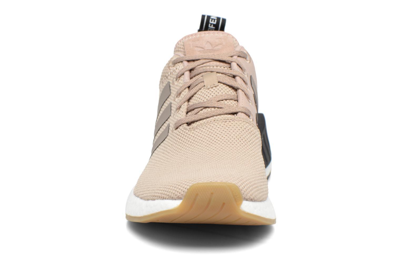 Sneakers Adidas Originals Nmd_R2 Beige modello indossato