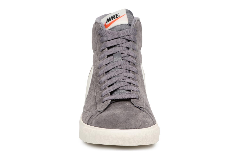 Baskets Nike Wmns Blazer Mid Vntg Suede Gris vue portées chaussures