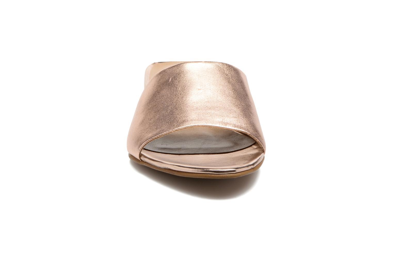 Zuecos Tamaris Panta Oro y bronce vista del modelo