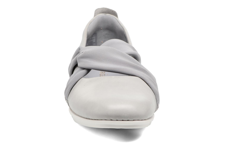 Ballerines Clarks Tri Accord Gris vue portées chaussures
