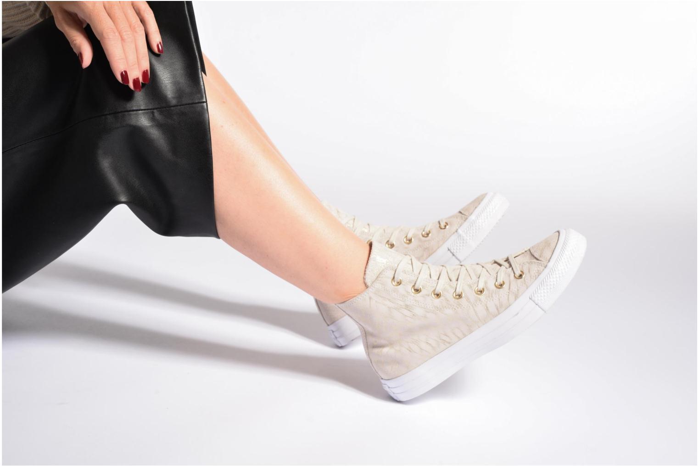 Sneaker Converse Chuck Taylor All Star Shimmer Suede Hi grau ansicht von unten / tasche getragen