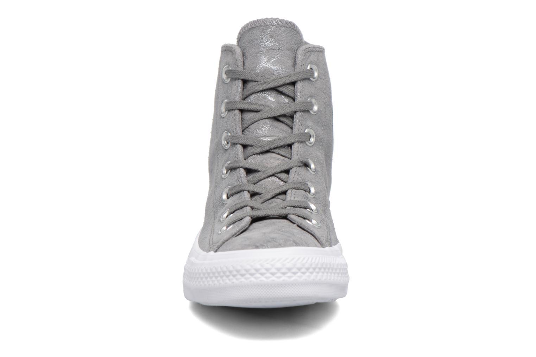 Sneakers Converse Chuck Taylor All Star Shimmer Suede Hi Grigio modello indossato