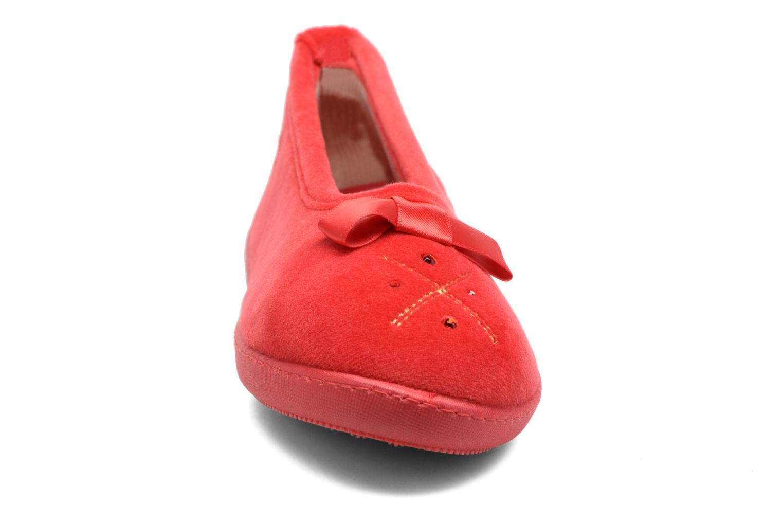 Chaussons Isotoner Ballerine ergonomique micro velours Rouge vue portées chaussures