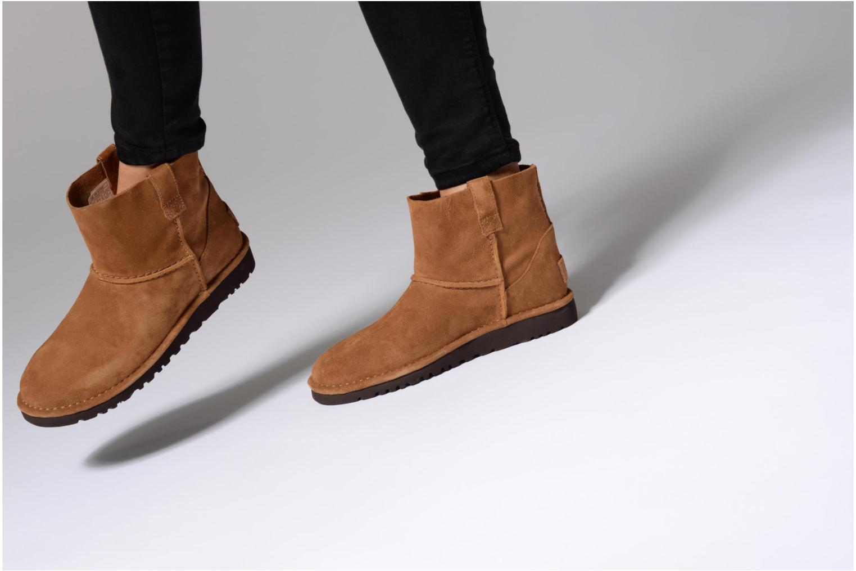 Bottines et boots UGG Classic Unlined Mini Marron vue bas / vue portée sac