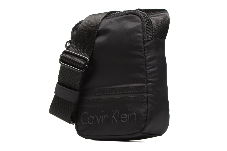 Sacs homme Calvin Klein Matthew 2.0 Mini Reporter Noir vue portées chaussures