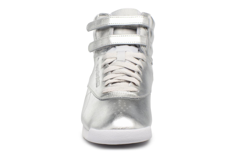 Baskets Reebok Freestyle Hi Metallic Argent vue portées chaussures