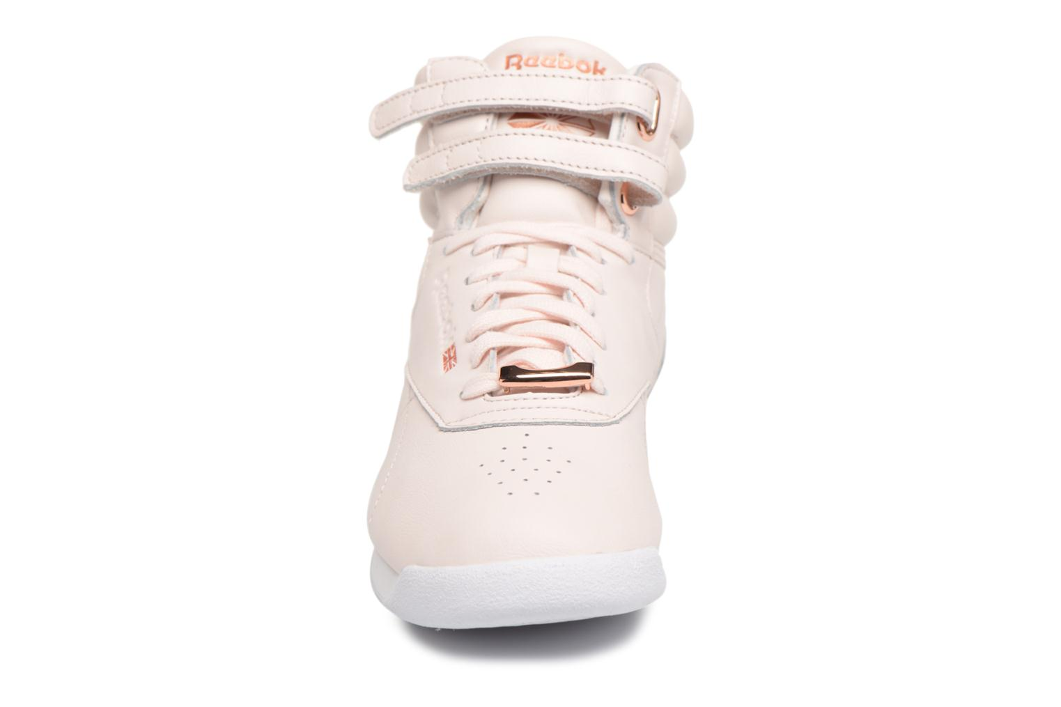 Baskets Reebok Freestyle Hi Muted Rose vue portées chaussures