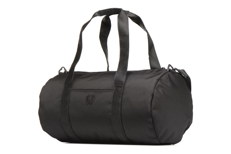 Sporttaschen Fred Perry Tonal Track Barrel Bag schwarz schuhe getragen