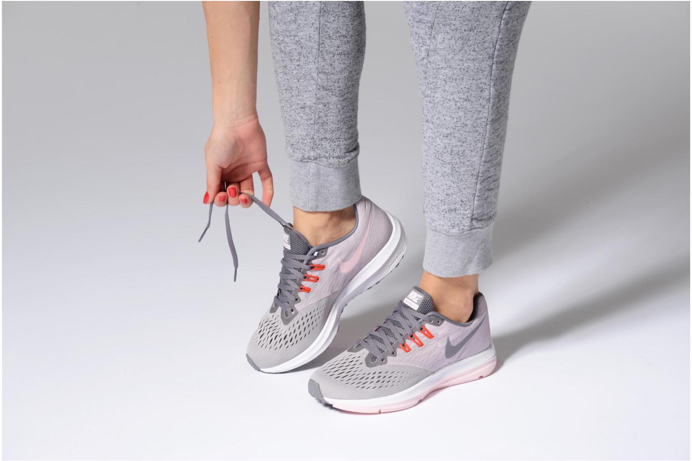 Chaussures de sport Nike Wmns Nike Zoom Winflo 4 Gris vue bas / vue portée sac