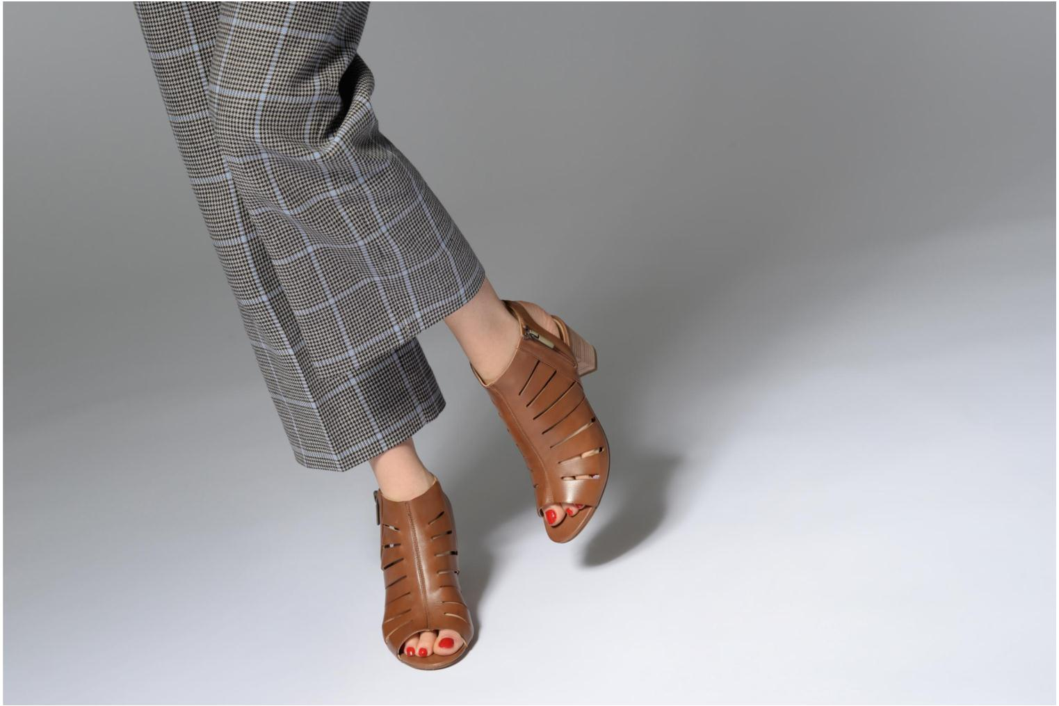 Sandals Clarks Deloria Ivy Brown view from underneath / model view