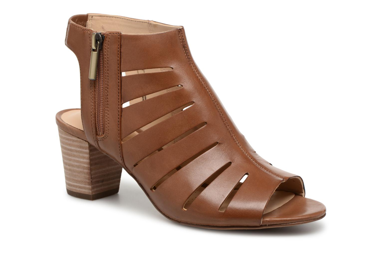 Sandals Clarks Deloria Ivy Brown detailed view/ Pair view
