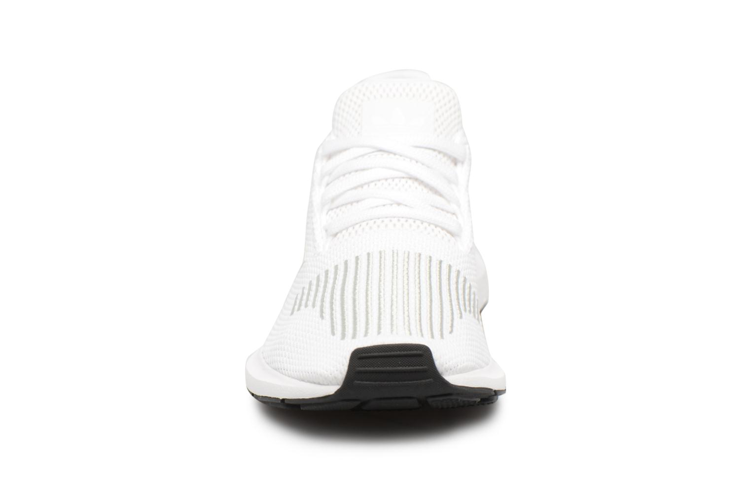Baskets Adidas Originals Swift Run J Blanc vue portées chaussures