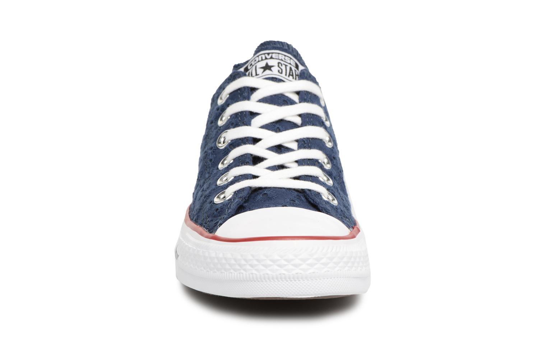 Baskets Converse Chuck Taylor All Star Ox 555979C Bleu vue portées chaussures